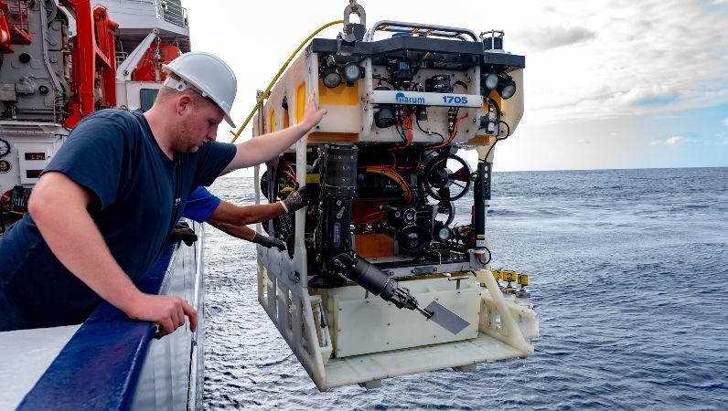 Ein autonomes Unterwasserfahrzeug wird in den Ozean gebracht.